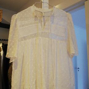 Rigtig fin bluse fra Zara TRF i str medium. Har et tyndt stykke stof indenunder og er derfor ikke fuldstændig gennemsigtig
