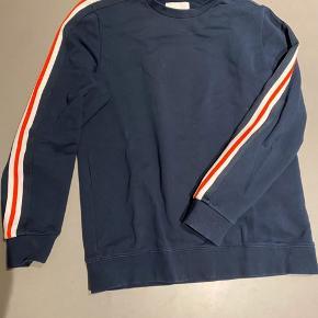 Fin sweatshirt med pænt og klassisk look. Nylondetaljer ned ad ærmerne.