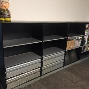Reoler / skabe i god kvalitet til hjemmekontoret / kontoret / arbejdspladsen   Sættet består af 2 x reoler med metal skuffer og 2 x reoler med hylder samt et skab med låger (billeder kan sendes)    Materialet er meget robust og holdbar.