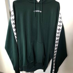 Sælger denne hoodie fra Adidas i str. L Den er brugt 3-4 gange, ingen flaws, perfekt stand.  Nypris: 650,- Mindstepris: 250,-  Køber betaler fragt (30,-)  Spørg for flere billeder eller spørgsmål.