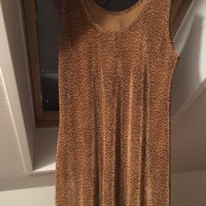 Kjole i leopardmønster, meget lækker og blød. Jeg har brugt den udover et par bukser og en hvid t-shirt.