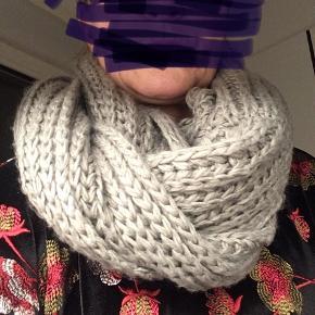 Tube strikket tørklæde til 2 omgange - se billede. Farven passer bedst ift billede 2🙂