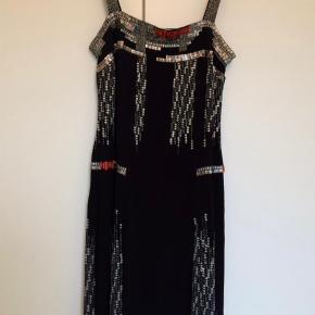 BYD!!!! Brand: Cash Farve: Sort Oprindelig købspris: 2500 kr. Meget lækker kjole fra Cash. Kjolen er med stropper og håndsyede palietter. Kjolen falder rigtig flot når man har den på. Kjolen har været på 1 gang og fremstår som ny!