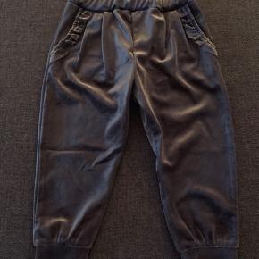Nye grå bukser med glimmer look i velour fra petit Sofie Schnoor str 86.  Aldrig brugt.  Køber betaler Porto med dao.
