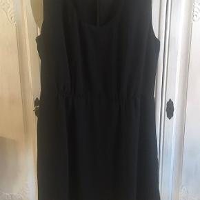 Meget smuk sort chiffon kjole i 2 lag og med stor slids i ryggen. Sender gerne.
