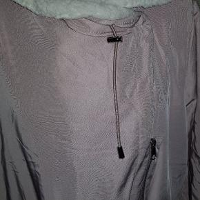 Brand: Capsule Varetype: jakke Størrelse: ONE SIZE Farve: Rosa  Lækker jakke med lyst foer ( teddybear), ny med tag. Rummelig op til str. 52-54
