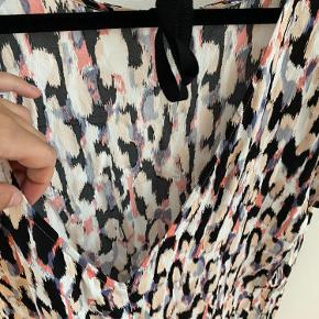 Brugt under 10 gange, meget behagelig kjole som man kan justere i nakken