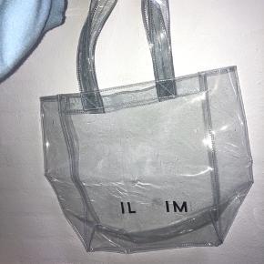 Taske fra pilgrim.  Aldrig brugt. Har fjernet nogle bogstaver, og lidt mærker efter det.  Køberen betaler fragt. Kan ikke huske den oprindelige pris.