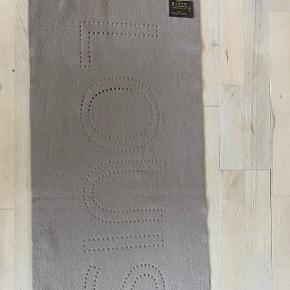 LV Cashmere tørklæde. Meget blødt og lækkert. Monogram er standset ud som huller - meget smukt.