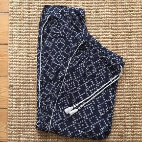Slap af bukser i fint stof. Kan sagtens bruges af 38, hvis man gerne bare vil have dem helt løst.
