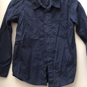 Lækker kvalitetsskjorte i mørkeblå/hvide tern. Fra røg- og dyrefrit hjem Helst afhentning/mobile pay/kontant