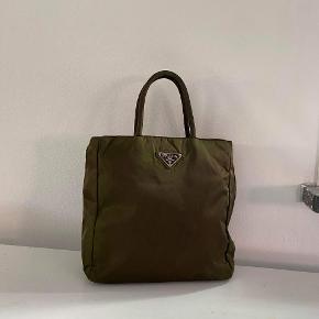 Prada grøn håndtaske  Prada håndtaske i armygrøn nylon. Stand: Tasken har svag afmærkning i stoffet bagpå, men er derudover i rigtig fin stand. Mål: 30 cm i længden  23 cm i højden  8 cm i bredden  Pris 1100,- Kan sendes over Trendsales 📦