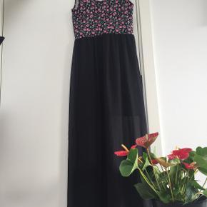 Lang, blomstret kjole med sort, gennemsigtigt stof på underdelen fra H&M. Str. S.