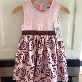Så fin kjole, perfekt til sommerens kommende fester 👗 Stadigvæk med mærke på. Nypris 159,95  Kan sendes