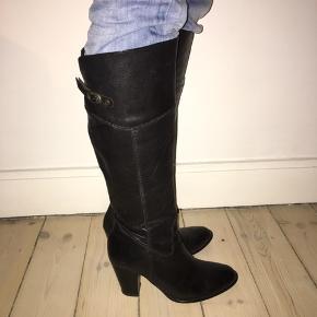 Lækre lange støvler med en god højde på hæl