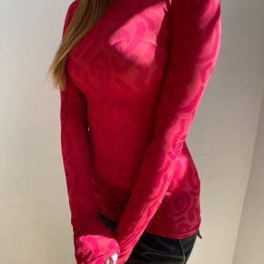 Gennemsigtig rød bluse fra acne Studios. Tjek mønstret. Ny pris 1100kr.