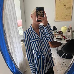 Varetype: Skjorte Bindebånd Farve: Blå,Hvid Oprindelig købspris: 600 kr.  Brugt en gang. Mp 350 pp