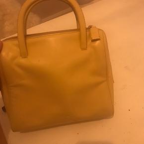 Smukkeste Prada vintage taske sælges  Fejler intet og er i rigtig god stand, dog skal man huske på, at det er en vintage taske. Der medfølger dustbag og tags.  Billederne snyder lidt i farven, men tasken har den smukkeste beige farve. Prisen er til forhandling