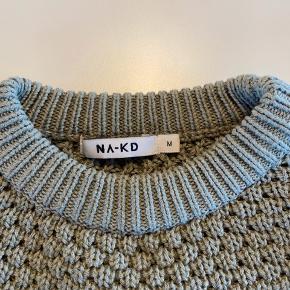 Lys grøn strik fra NA-KD i str M. Længde bag/ryg er 51 cm. Brugt 2 gange og er uden slid eller fejl/mangler. Sælges for DKK 50. Kan sendes for købers regning