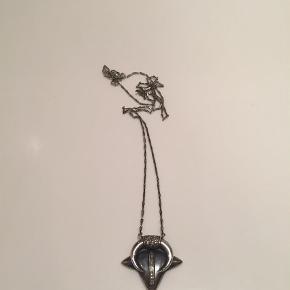 Super smuk halskæde fra Marlene Juhl Jørgensen. Halskæden er en hybrid af hendes Kenya og Buffalo modeller og er den eneste som findes. Den er i Oxideret sølv med diamanter og kæden er lang. Både æske og kvittering medfølger.   Halskæde Farve: Sølv Oprindelig købspris: 9000 kr. Kvittering haves