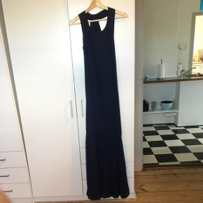 Super flot mørkeblå gallakjole, med den flotteste ryg. Den sidder til indtil knæene, hvor den går ud af. Tror man kalder det havfrue formet kjole. Passer en S/M.  Den sidder desværre ikke særlig pænt på mig, da jeg har taget en del på.   BYD
