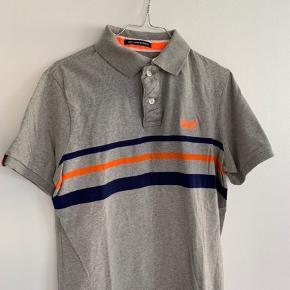 Fed polo-shirt i str. M ~  Købt i USA. Aldrig brugt og stadig med prismærke. Sælges grundet flytning.