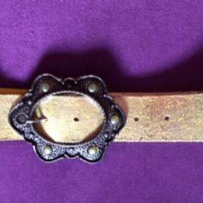 Fint bælte  - med ca 4 cm bredt  - flot spænde - sølvgult  Anvendelig til mange formål  Køber betaler Porto med 45 kr