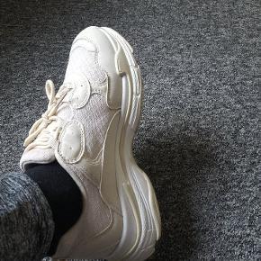 Gult sneakers i str 38. Har taget dem enkelt gang på.