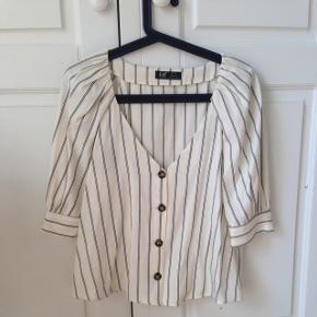 Vidunderlig bluse fra Zara - den er som ny - tog prismærket for hurtigt af. Passer også small. BYD! Hentes på Vesterbro i Aalborg eller sendes på købers regning med DAO.