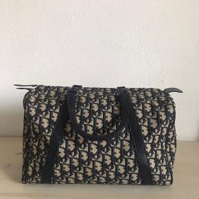 Smukkeste vintage Dior Bowling Bag. Tasken er i navy blue Jacquard canvas, med navy blue læderdetaljer. Måler 30*20.  Prisen er fast.  Fri fragt.