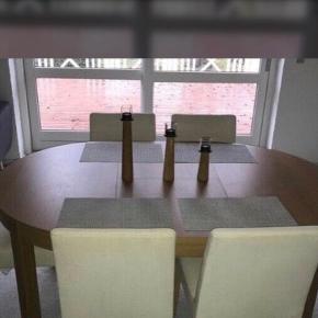 Spisebord med six stoler. Det kan bruges som rundt eller udvidet som man kan se på billedere.