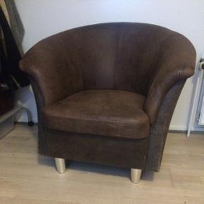 Stor, lækker, blød stol i ægte læder. Stolen har en super siddekomfort. Sælges da jeg skal flytteNypris: 2300kr