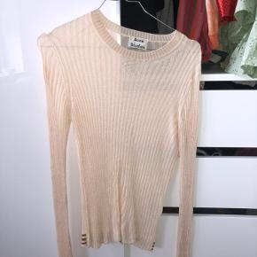 Sælger denne fine Acne trøje i ribbet stof med fine detaljer på ærmet og bagpå som vist på billedet Størrelse small