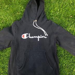 Sælger denne champion hoodie, købt i Quint. Sender gerne, køber betaler fragt.  Np 600 Mp 130