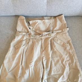Højtaljede shorts i w27. Dejligt løse og luftige at have på. Brugt få gange.