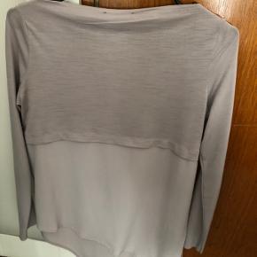 Top fra Zara med bluse detalje over. Brugt men fejler intet.