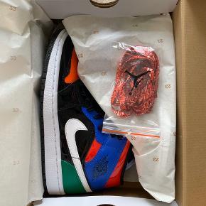 Nike Air Jordan 1 mid i sort, grøn, orange, blå og hvid. Aldrig brugte. Kommer i original Jordan æske