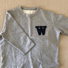 Lysegrå trekvartærmet sweatshirt fra WW sælges. Sweatshirten har en fed A-facon, og kan bruges til både jeans og nederdele (eller som en dejlig hyggebluse). Nypris var 1000,- Køber betaler fragt, hvis varen skal sendes.