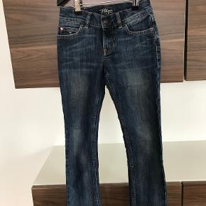 Tommy Hilfiger jeans str. 7 år Mærket bagpå har løsnet sig Ellers fin stand Kan justeres i livet  Prisen er excl. porto Bemærk, mine priser er faste. Handler gerne mobilepay på 26810990