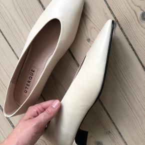 Smukke sko med kort hæl fra spanske Üterque. Aldrig brugt da de er købt for store.