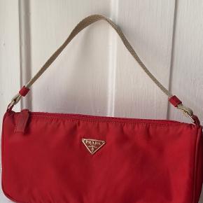 Håndtaske fra Prada købt hos Lula 2ndhand Luxery for 1300,-  Brugt meget få gange siden. Intet autencitetskort, men kvittering fra Lula 2ndhand Luxery medfølger naturligvis.  Jeg forbeholder mig retten til at sælge til højest bydende.  Mp 1200,-