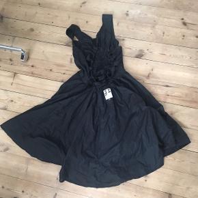 Mærket er Greykjalin, islandsk designer. Str. 38-40. Kjolen har aldrig været i brug. Der er flot bredflet på ryggen og mange syningsdetaljer, der er svær at fotografere med min tlf. dobbeltlag kjoleskørt.