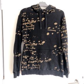 Expensive sort hoodie med guldskrift. Str L. Længde ca 66 cm