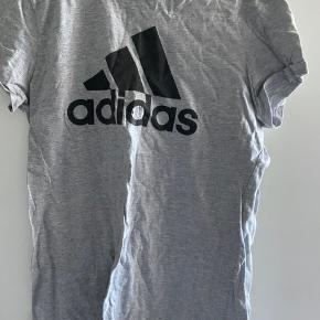 Jeg sælger denne Adidas trøje, som er en str m. Den er brugt et par gange ellers har den bare ligget i mit skab.