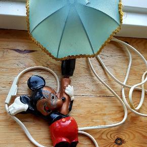 Retro Disney Micky væglampe med patina. Virker fint. Skærmen er desværre defekt, men følger med ub. Kommer fra et ikke-ryger-hjem og er slået op flere steder. Prisen er ikke ril diskution.