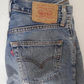 Levi's jeans købt her på trendsales. De er desværre for store. De har slid, men kan stadig sagtens holde. Størrelse 28 (svarer til Ca. 38). Er klippet til ved fødderne, passer nok til en højde på 1,70 ish Kom med bud 🌺
