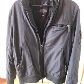 Armani Jeans herre bomber jakke.  Bomber jakke i str. L. Brugt en smule, men fremstår ellers som ny.  Fine detaljer med lynlås.