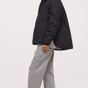 Helt ny quiltet jakke fra H&M. Perfekt til forår og efterår. Oversize i pasformen, og dejlig rummelig. Den er lidt til den store side størrelsesmæssigt. Jeg bruger medium, og synes den er perfekt ! Kun været på i få timer, og sælges da jeg har købt en anden.