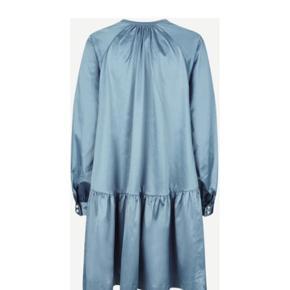 Super lækker kjole fra denne kollektion, bytter ikke og handler gerne over mobile pay