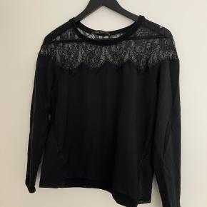 Fin Zara bluse med flotte detaljer.